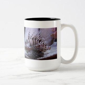 シマウマのミノカサゴのコーヒー・マグ ツートーンマグカップ