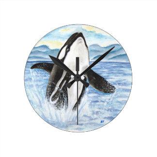 シャチのクジラを破る水彩画 ラウンド壁時計