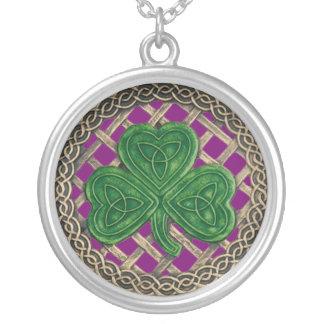 シャムロックおよびケルト結び目模様のネックレスの紫色 シルバープレートネックレス