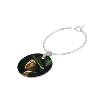 シャムロックのイヤリングを持つ女の子-セントパトリックの日 ワインチャーム