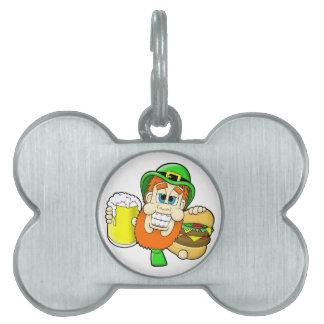 シャムロックの形のハンバーガー及びビールを握っている小妖精 ペットネームタグ