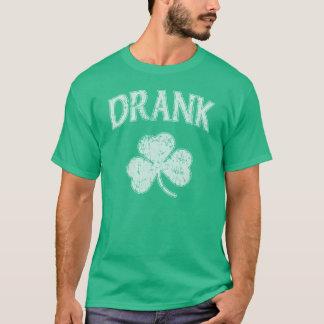 シャムロックのSt patricks dayのアイルランド人を飲みました Tシャツ