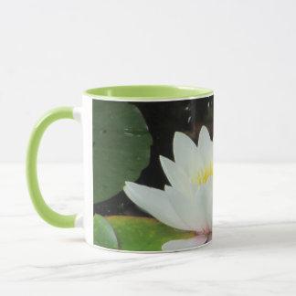 シャロンSHARPE著ピンク及び白い《植物》スイレン マグカップ