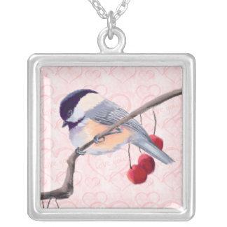 シャロンSHARPE著《鳥》アメリカゴガラ及び赤い果実 シルバープレートネックレス