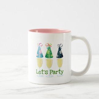 シャンペンのパーティーの帽子のプリントをパーティを楽しもう ツートーンマグカップ
