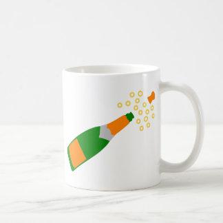 シャンペンのボトルおよびぽんと鳴るコルク コーヒーマグカップ