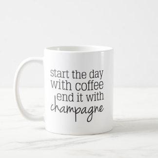 シャンペンのマグが付いているコーヒー端との日始めて下さい コーヒーマグカップ