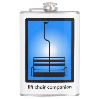 シャンペンの地平線によって椅子の友達のフラスコを持ち上げて下さい フラスク