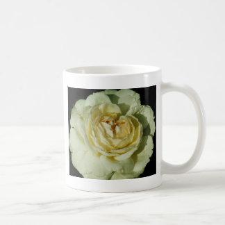 シャンペンの白いバラの花柄の雨滴 コーヒーマグカップ