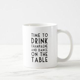 シャンペンを飲み、テーブルで踊る時間 コーヒーマグカップ