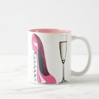 シャンペンピンクのコルクせん抜きの小剣の靴およびガラス ツートーンマグカップ