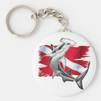 シュモクザメの鮫ダイバーが付いている飛び込みの旗 キーホルダー