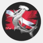 シュモクザメの鮫ダイバーが付いている飛び込みの旗 ラウンドシール