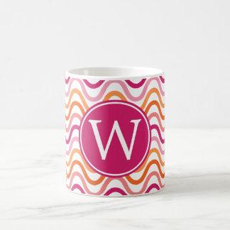 ショッキングピンクおよびオレンジシェブロンの波パターンモノグラム コーヒーマグカップ