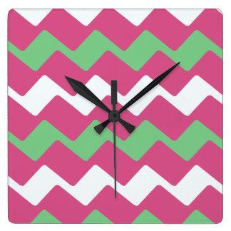 ショッキングピンクおよびシェブロンの緑の波 スクエア壁時計