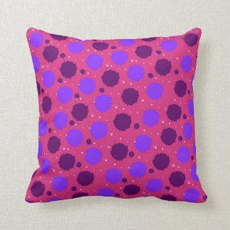 ショッキングピンクおよび紫色のしぶきの点 クッション