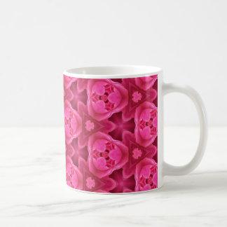 ショッキングピンクおよび赤い花柄の抽象芸術のばら色パターン コーヒーマグカップ