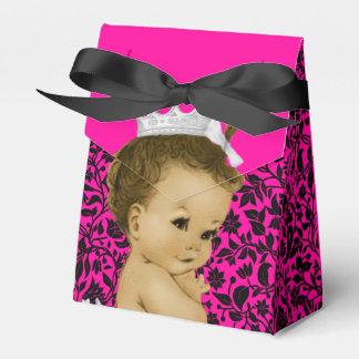 ショッキングピンクのアフリカ系アメリカ人の女の赤ちゃんのシャワー