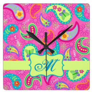 ショッキングピンクのモダンなペイズリーパターンモノグラムのイニシャル スクエア壁時計