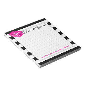 ショッキングピンクの唇のメモ帳が付いている白黒ストライプ ノートパッド