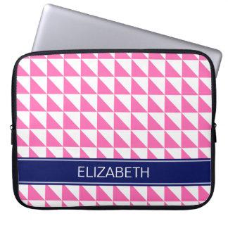 ショッキングピンクの白い三角形#1の濃紺の名前のモノグラム ラップトップスリーブ