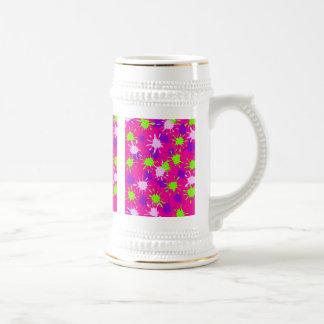 ショッキングピンクの紫色のライムグリーンのペンキは染みをはね飛ばします ビールジョッキ