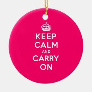 ショッキングピンクのKeep Calm and Carry On セラミックオーナメント