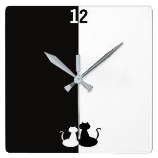 シルエットのカッコいいの反対の白黒のコントラスト猫 スクエア壁時計
