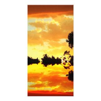 シルエットを描かれる湖の木に反映されるオレンジ日没 カード