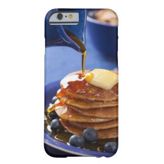 シロップおよびブルーベリーが付いているパンケーキ BARELY THERE iPhone 6 ケース
