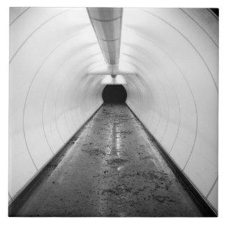 シンガポール。 照らされた歩行者のトンネル タイル