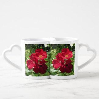 シンプルで赤いバラ ペアカップ