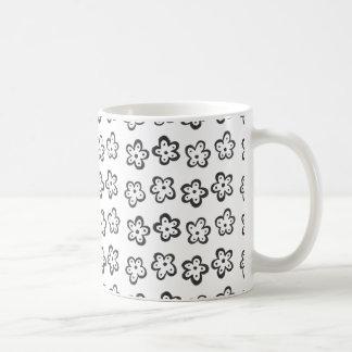 シンプルで黒い花のマグ コーヒーマグカップ