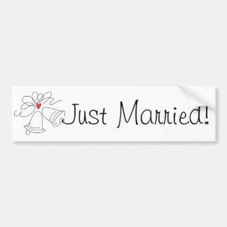 シンプルな結婚式の鐘のカスタムなたった今結婚しましたのステッカー バンパーステッカー