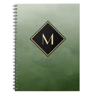 シンプルな金ゴールドのモノグラムとのエレガントなブラシをかけられた緑 ノートブック