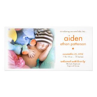 シンプルの男の赤ちゃんの写真の誕生の発表 フォトグリーティングカード