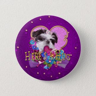 シーズー(犬)のTzuの子犬Heres抱擁 缶バッジ