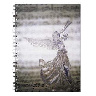 シートのトランペットそしてイメージを遊ぶガラス天使 ノートブック
