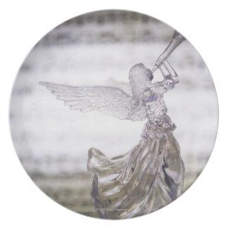 シートのトランペットそしてイメージを遊ぶガラス天使 プレート