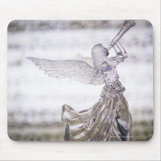 シートのトランペットそしてイメージを遊ぶガラス天使 マウスパッド