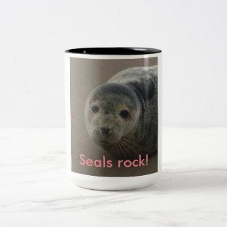 シールの石!  かわいい灰色のアザラシの子のベビー ツートーンマグカップ