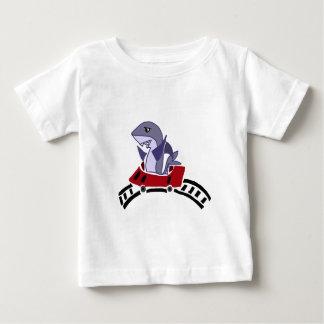 ジェットコースターのおもしろいの鮫の乗馬 ベビーTシャツ