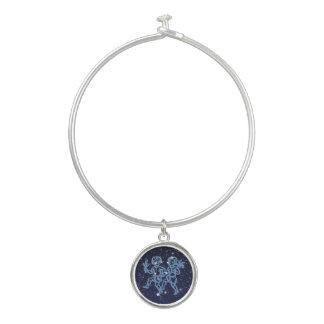 ジェミニ星座および星が付いている(占星術の)十二宮図の印 バングルブレスレット