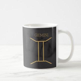 ジェミニ(占星術の)十二宮図の印|のカスタムな背景 + 文字 コーヒーマグカップ