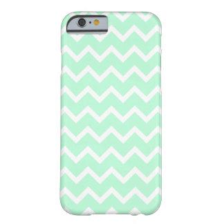 ジグザグ形のシェブロンの真新しい緑の縞 BARELY THERE iPhone 6 ケース