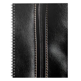 ジッパーが付いている黒い革 ノートブック