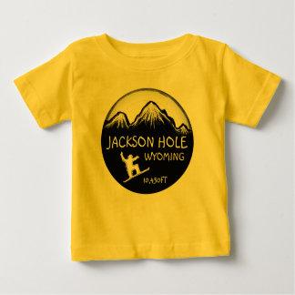 ジャクソンホールワイオミングの黄色いベビーのスノーボードの芸術のティー ベビーTシャツ
