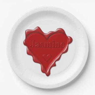 ジャスミン。 一流のジャスミンが付いている赤いハートのワックスのシール ペーパープレート