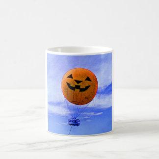 ジャッキo'のランタンの気球 コーヒーマグカップ