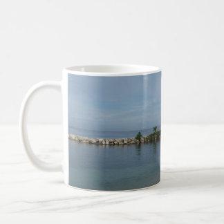 ジャマイカのマグの岩が多い桟橋 コーヒーマグカップ